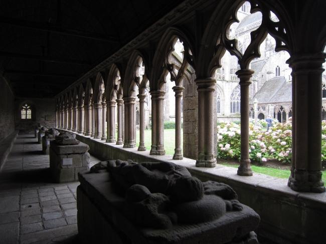 14世紀初頭の重要文献が発見された修道院内の回廊と中庭