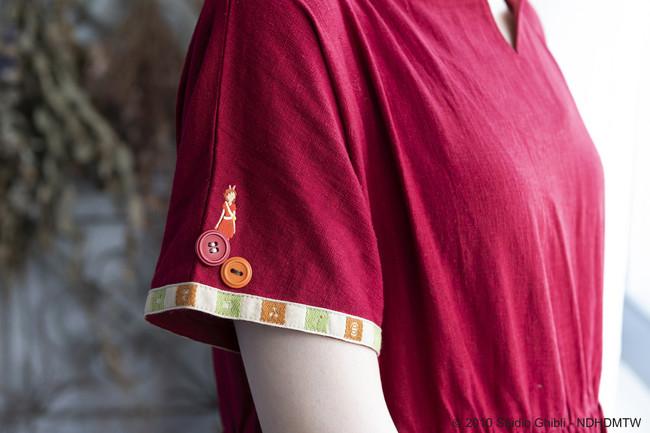 ※袖にはアリエッティの刺繍が。袖口と裾にはアリエッティのベッドシーツの柄風のデザインが入っています。