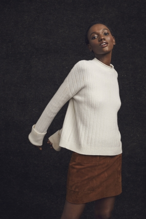 1990年代、 モデルKate Moss がブランドヴィジュアルで着用したリブモックネックセーターを復刻/リブモックネックセーター14,000円(税込)