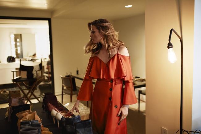 バナナ・リパブリックのコラボレーションドレスを着用した、バックステージでのオリヴィア・パレルモ。