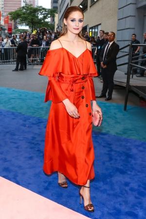 2017 CFDA Awardに登場したオリヴィア・パレルモ。ドレスはバナナ・リパブリックとのコラボレーションデザインのもの。