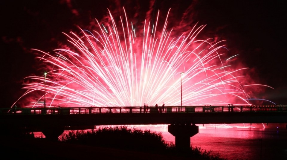 湖面を彩る水上花火