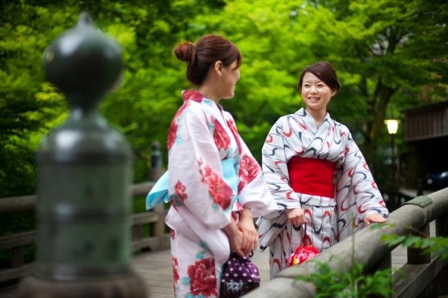 温泉総選挙2017女子旅部門3位の山中温泉は街歩きだけでなくマイナスイオンに癒されながら自然散策も満喫できる。