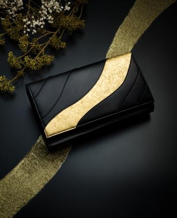 枯山水の曲線美をイメージしたクラッチバッグ(瀞箔 ゴールド 216,000円)