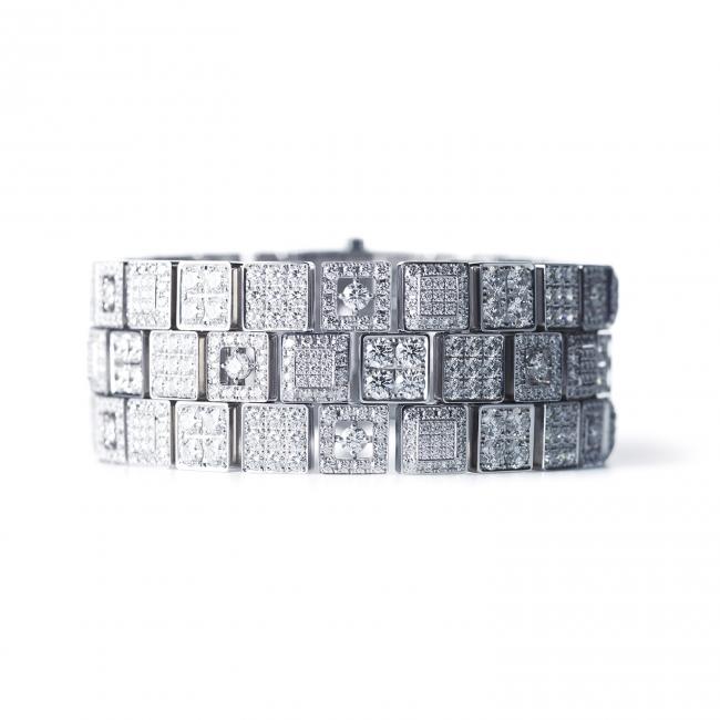 「京小路 KYOKOMICHI」。  雨上がりに輝く京の石畳をモチーフにしたブレスレット。  (750WG, Diamond)