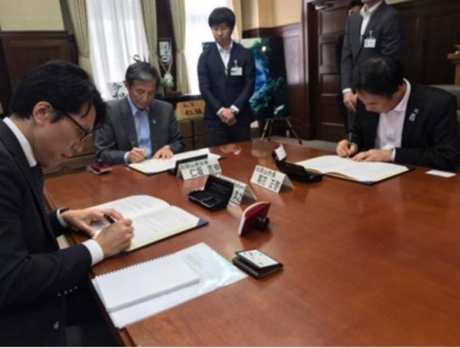 和歌山県知事(中央)・和歌山市長(右)・渡邉社長(左)で調印