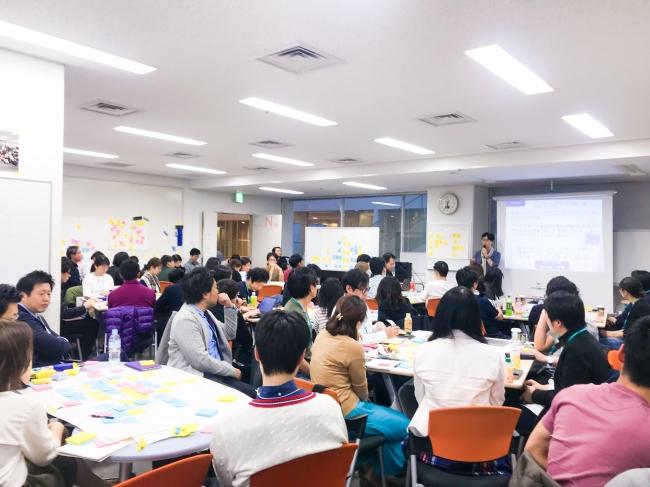 慶應大学大学院SDMの講義の様子。 経営者らも含む多彩なキャリアの人材がデザイン思考を学んでいます。
