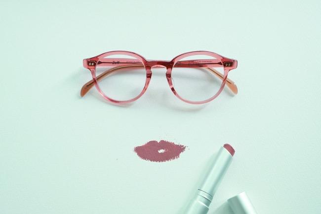 2019年1月9日公開  メガネ偏愛コラム【マットのリップスティックと艶のあるメガネについて