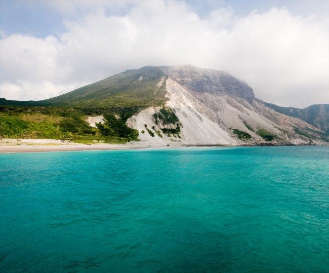 美しい青い海に包まれる神津島