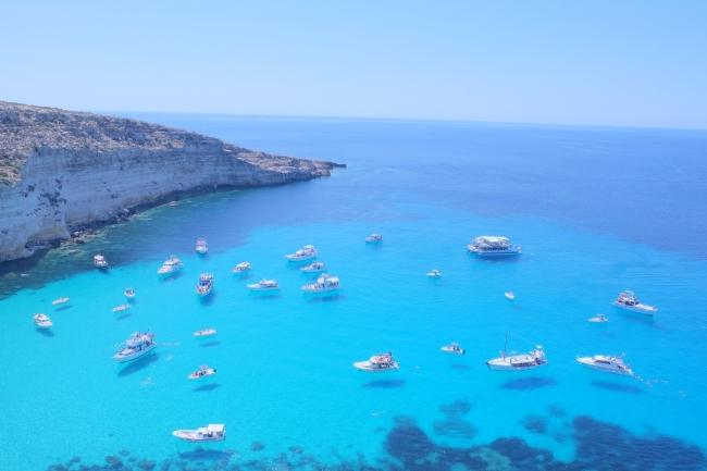 「ランペトゥーザ島」沖の空飛ぶ船 超有名なあの写真を自分で撮る!/イタリア