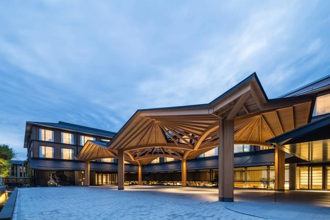 和傘をモチーフにしたデザインが印象的なフォーシーズンズホテル京都エントランス