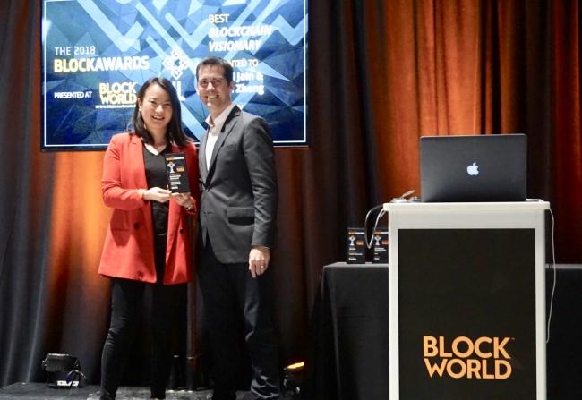 ObENのマーケティング、  パートナーシップ担当副社長、  Sho Guo氏が共同創業者の代わりにブロックチェーンヴィジョナリー (Blockchain Visionary) 賞を受け取りました。