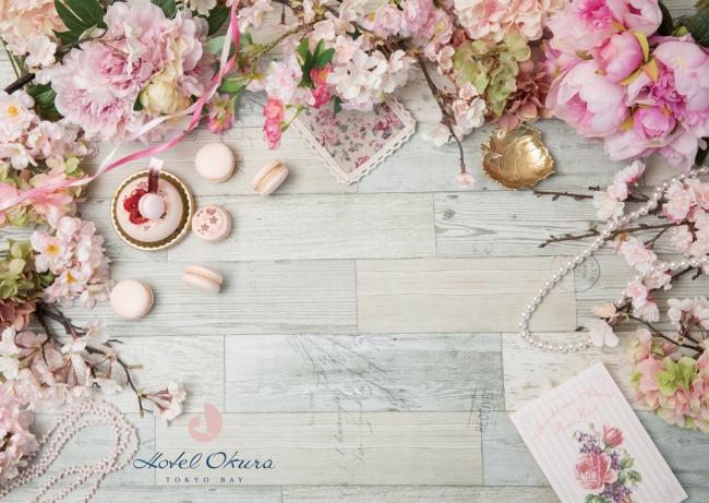 【持ち帰りもできる桜デザインのプレースマット】桜フェアのために用意したプレースマットを使って、お料理を撮影いただけます。