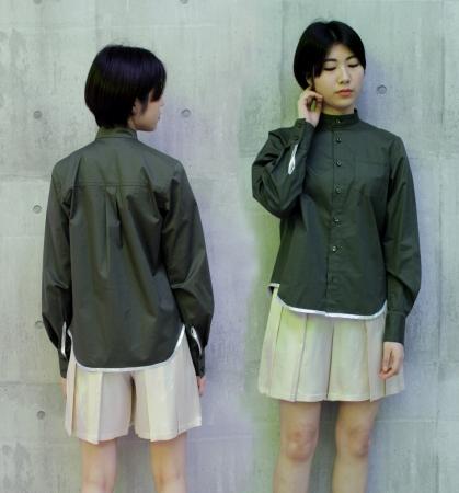スタンドカラーシャツ ¥9,000(税込) スプリットパンツ ¥7,000(税込)