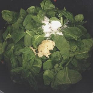 Añadir los espinacas, ajo y sal