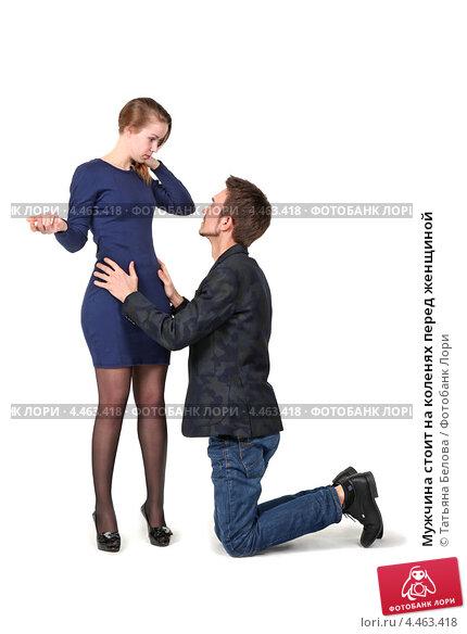 Мужчина стоит на коленях перед женщиной. Купить фото ...