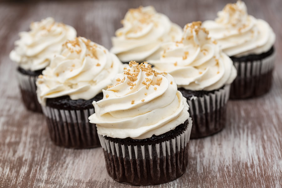 chocolate-cupcakes-cupcakes-with-white-icing-and-gold-sprinkles
