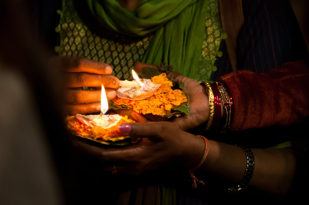 diwali-women-with-candles