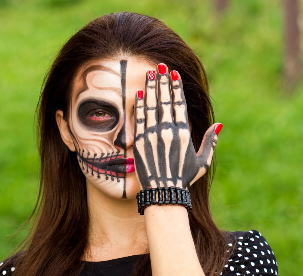 Halloween Facepainting - women with mask and hand