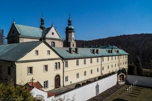 budynki klasztoru w czernej