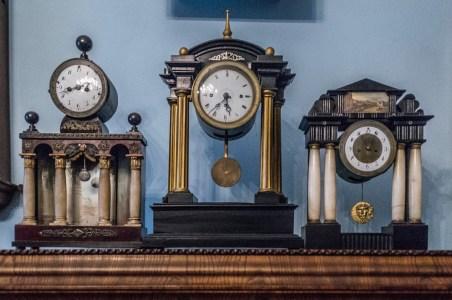 trzy zegary stojące na półce