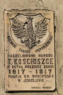 tablica z orłem w koronie i dedykacją dla Kościuszki
