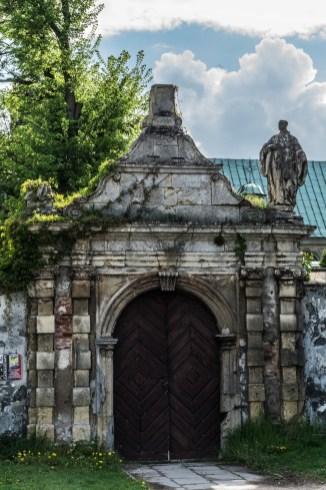 duża zdobiona brama do kościoła