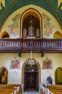 organy kościelne nad wejściem do kościoła