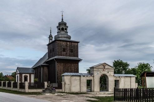 drewniany kościół z kamiennym płotem