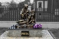 pomnik przedstawiajacy kobietę trzymająca zwłoki meżczyzny