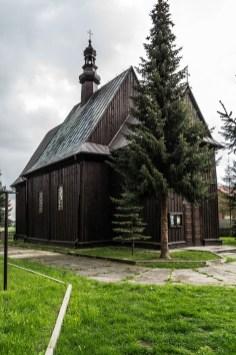 drewniany kościół i drzewo