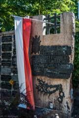 cmentarze w kielcach - cmentarz stary grób z flagą