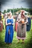 dwie kobiety w średniowiecznych strojach