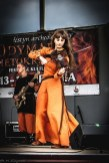 kobieta ze skrzypcami na scenie