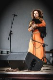 kobieta grająca na scenie