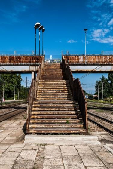 zardzewiałe schody prowadzące na wiadukt kolejowy