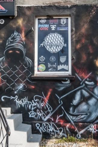 zakapturzona postać na muralu