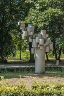 pomnik w kształcie zniekształconego drzewa