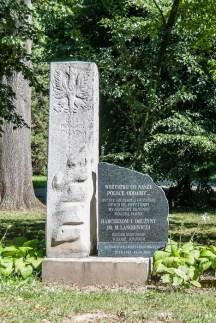 pomnik w parku wsród zieleni