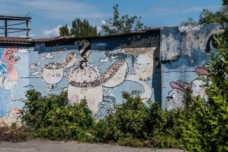 murale na niebieskim tle