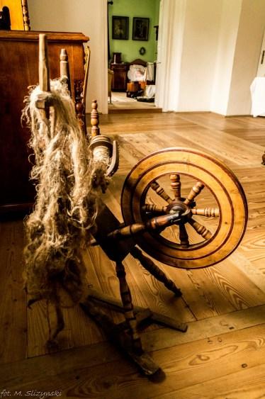 drewniana kądziel w pokoju