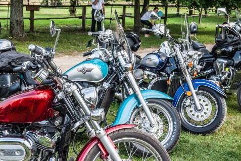 kilka motocykli ustawionych obok siebie