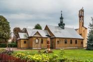 drewniany kościół położony wśród zieleni