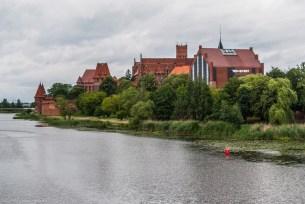 atrakcje malborka - widok na zamek rzeka nogat