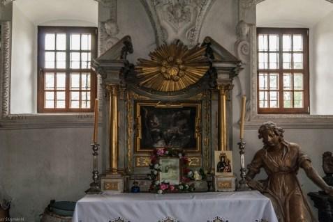 jeden z ołtarzy w kościele