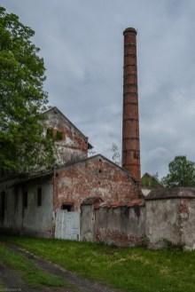 budynek z cegły z kominem