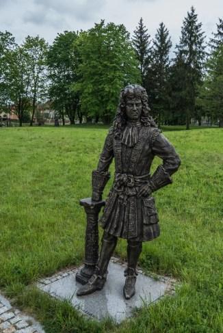 posąg człowieka w parku