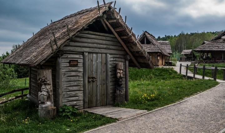 zamknięty domek drewniany
