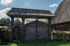 wesoły cmentarz - syhot drewniana brama