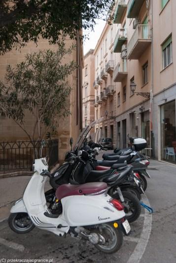 Sycylia - Vespy i białe (bezpłatne) linie parkingowe